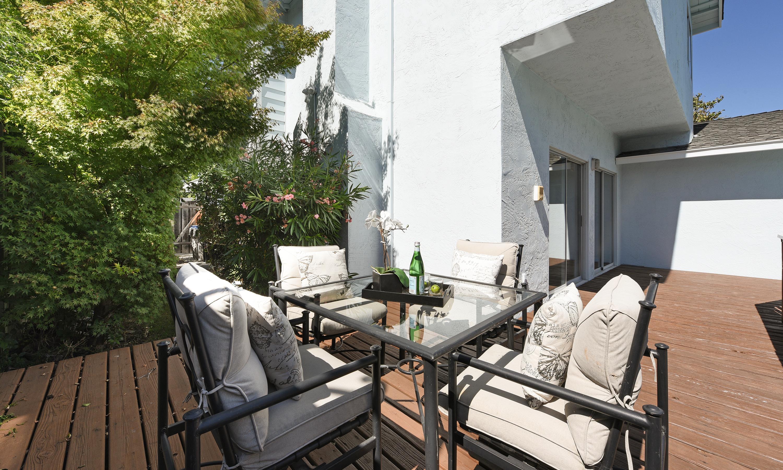 026_outdoor-living-area